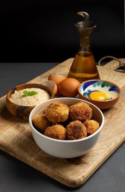 Domowe Krokiety Z Jajkiem I Panko Premium Zdjęcia
