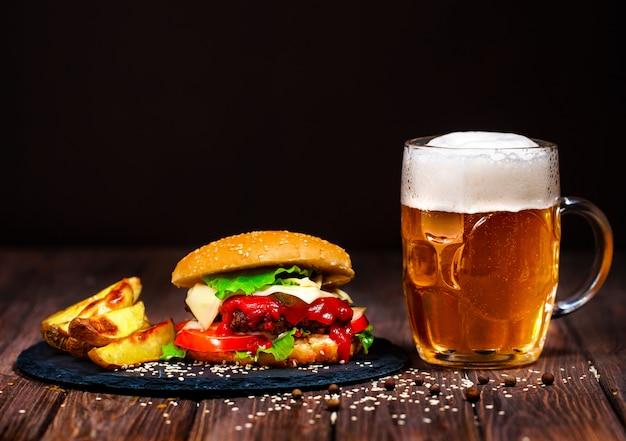 Domowe Przepyszne, Przepyszny Burger Wołowy Z Sałatą I Piwem Premium Zdjęcia