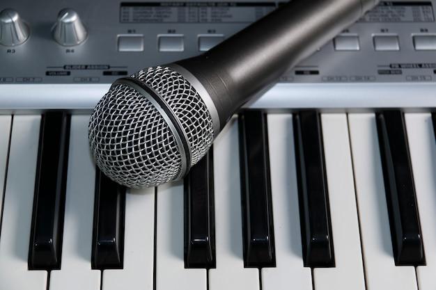 Domowe Studio Nagrań. Mikrofon Na Klawiaturze. Premium Zdjęcia