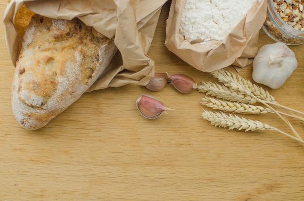 Domowej Roboty Czosnek Dokrętki Chleb Na Ciemnym Drewnianym Tle Premium Zdjęcia