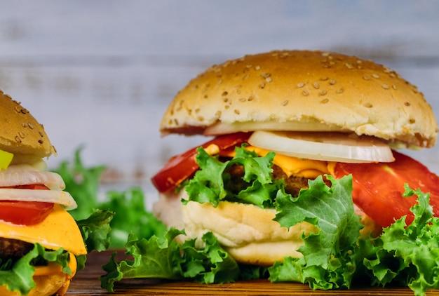 Domowej Roboty Hamburgery Na Drewnianym Tle. ścieśniać. Premium Zdjęcia