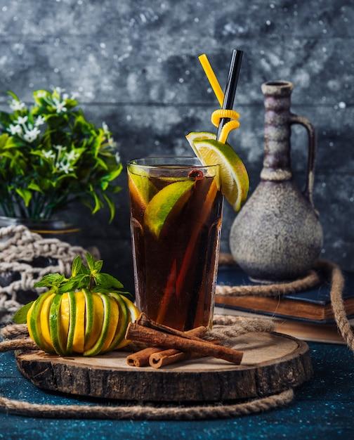 Domowej roboty mrożona herbata z plasterkami cytryny na desce Darmowe Zdjęcia