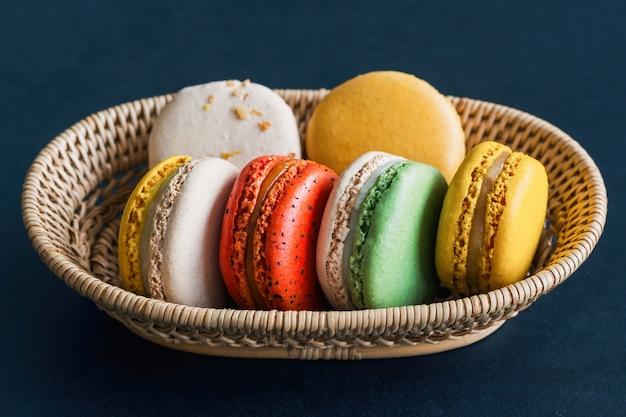 Domowej Roboty Wyśmienicie Kolorowy Francuski Macaron Lub Włoski Macaron Na Koszu Premium Zdjęcia