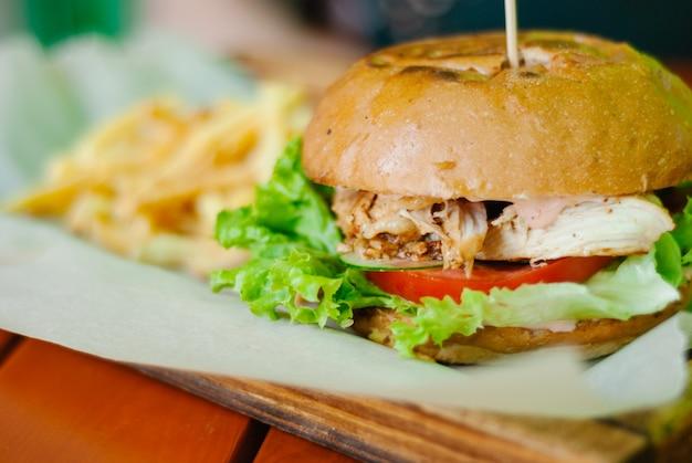 Domowy Burger Z Kurczaka Z Frytkami Premium Zdjęcia