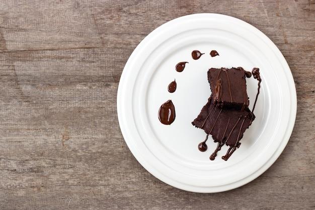 Domowy duszek podawany z krówką czekoladową. słodki deser na drewnianym tle. Premium Zdjęcia
