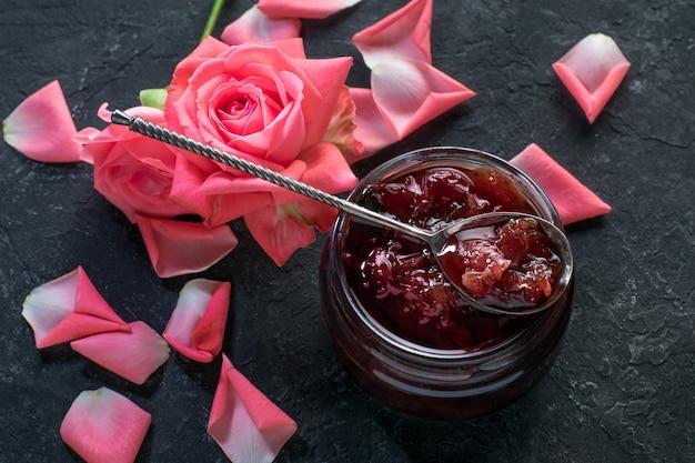 Domowy Dżem Z Płatków Róży Na Czarnej Powierzchni Premium Zdjęcia