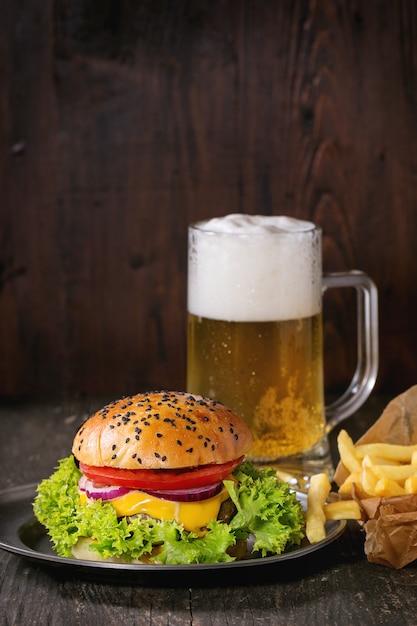 Domowy Hamburger Z Piwem I Ziemniakami Premium Zdjęcia
