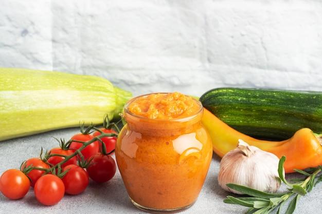 Domowy Kawior Z Pomidorów Z Cukinii I Cebuli W Szklanym Słoiku Premium Zdjęcia