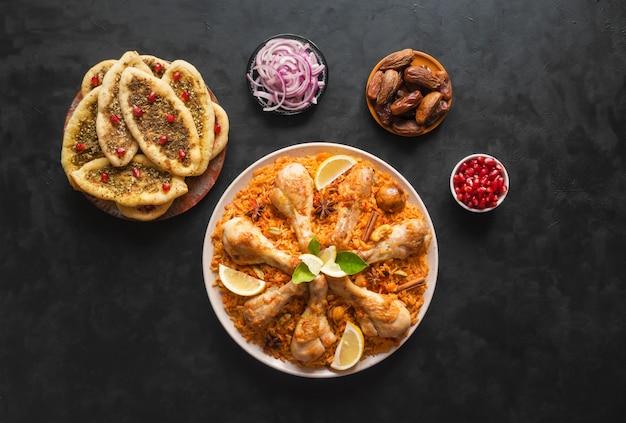 Domowy Kurczak Biryani. Arabskie Tradycyjne Jedzenie Miski Kabsa Z Mięsem. Widok Z Góry. Premium Zdjęcia