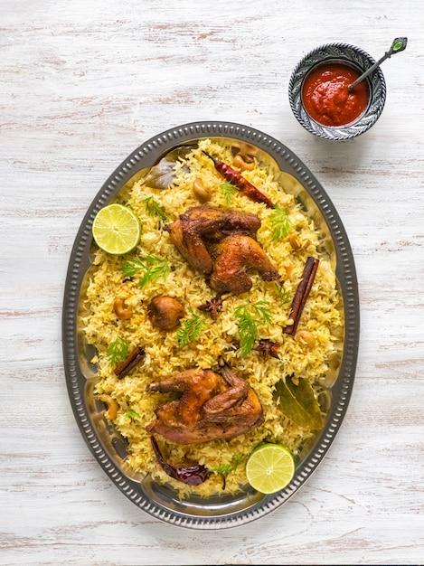 Domowy Kurczak Biryani. Arabskie Tradycyjne Miski Na żywność Kabsa Z Mięsem. Widok Z Góry Premium Zdjęcia