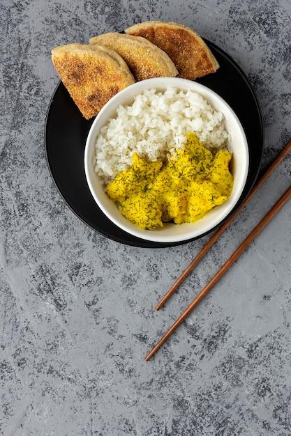 Domowy Kurczak Z Curry I Ryżem Basmati Premium Zdjęcia