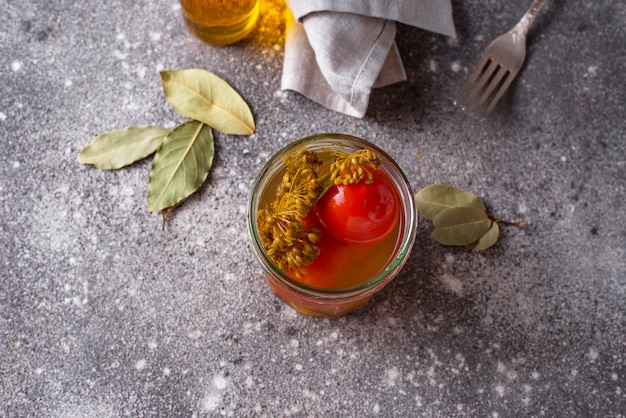Domowy marynowany pomidor z przyprawami Premium Zdjęcia