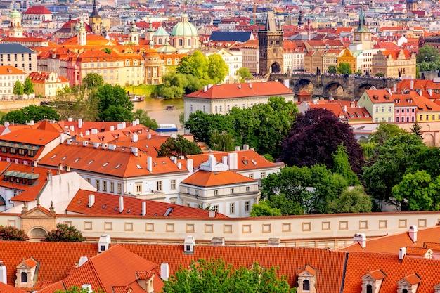 Domy Z Czerwonymi Dachami W Pradze Z Mostem Karola W Czechach. Premium Zdjęcia