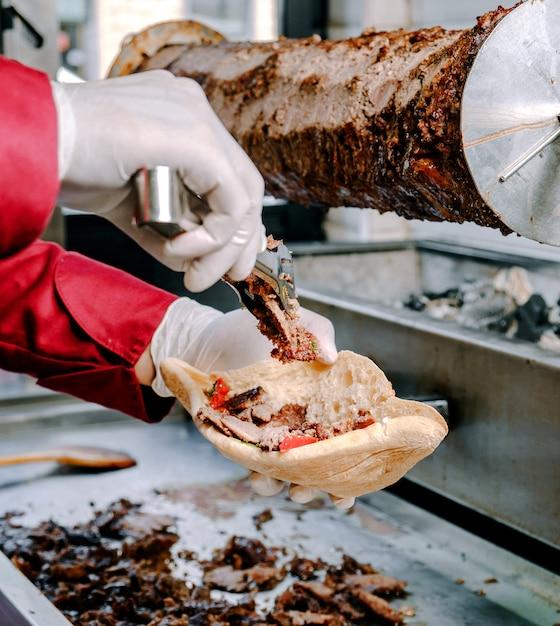 Doner Mięsa Z Chlebem Na Stole Darmowe Zdjęcia