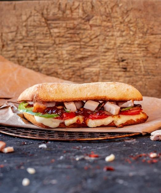 Doner z tureckiego iskendera z mieszanymi potrawami i serem topionym na obrusie Darmowe Zdjęcia