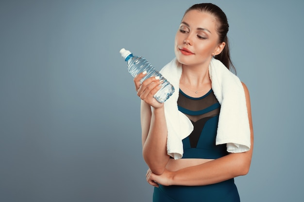 Dopasowanie Sportowy Kobieta Trzyma Butelkę Wody Mineralnej W Dłoni Premium Zdjęcia