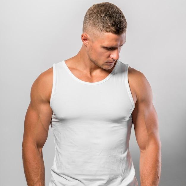 Dopasowany Mężczyzna Pozowanie Podczas Noszenia Podkoszulka Darmowe Zdjęcia