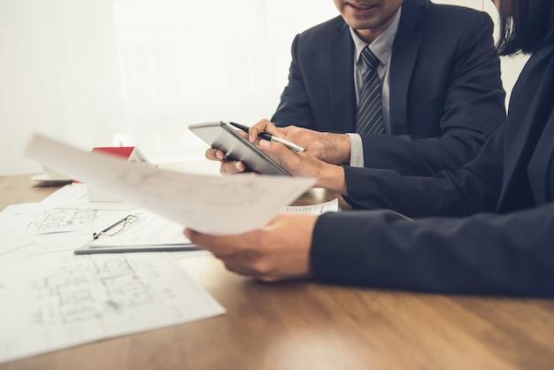 Doradztwo agenta nieruchomości z klientem Premium Zdjęcia