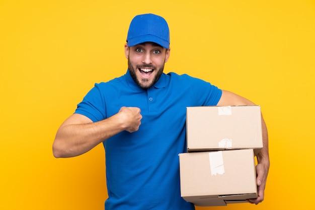 Doręczeniowy Mężczyzna Nad Odosobnionym Kolorem żółtym Z Niespodzianka Wyrazem Twarzy Premium Zdjęcia