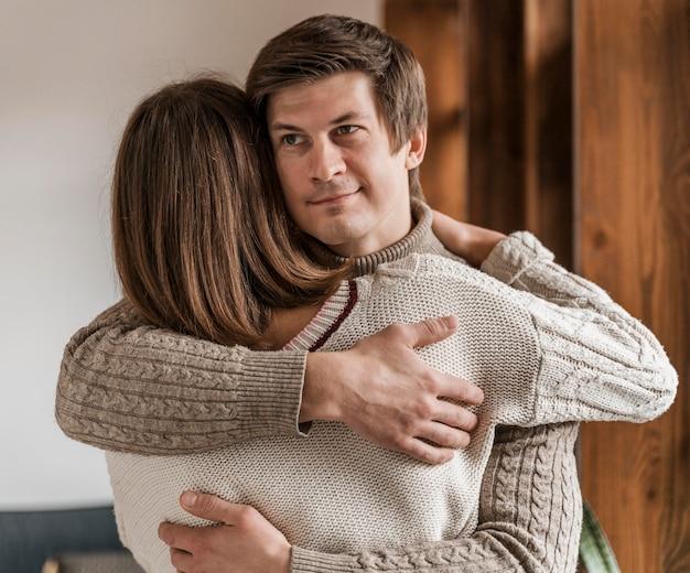 Dorosła Kobieta Przytulanie Męża Darmowe Zdjęcia