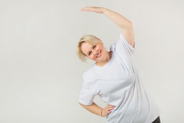 Dorosła Kobieta W Białej Koszulce Uprawia Sporty Premium Zdjęcia