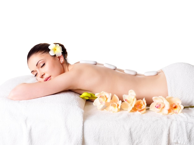 Dorosła Piękna Kobieta Relaks W Salonie Spa Z Gorącymi Kamieniami Na Plecach Darmowe Zdjęcia