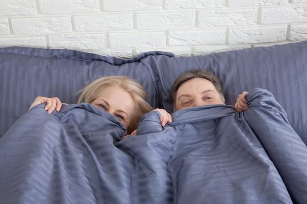 Dorośleć Pary Wpólnie W łóżku. Selektywne Ustawianie Ostrości. Premium Zdjęcia
