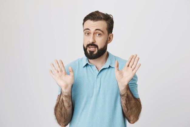 Dorosły Brodaty Mężczyzna Mówi I Pokazuje Puste Ręce Darmowe Zdjęcia