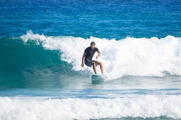 Dorosły Jeździ Na Desce Surfingowej. Surfing. Premium Zdjęcia