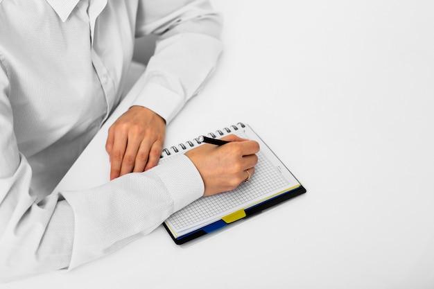 Dorosły mężczyzna bierze notatki przy biurem Darmowe Zdjęcia