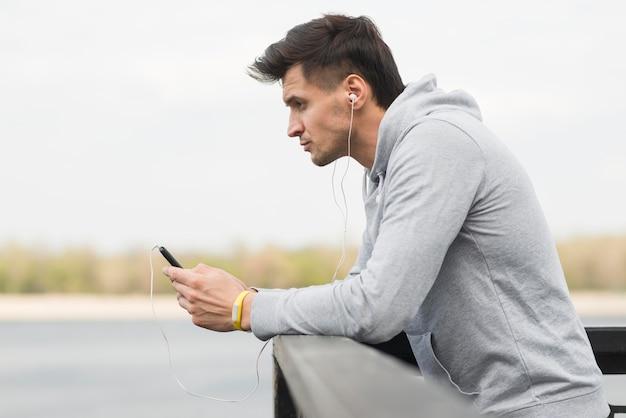 Dorosły Mężczyzna Sprawdza Jego Telefon Komórkowego Premium Zdjęcia