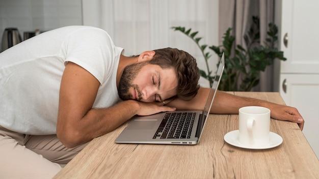 Dorosły Mężczyzna Z Widokiem Z Boku Zmęczony Po Nadmiernej Pracy Darmowe Zdjęcia