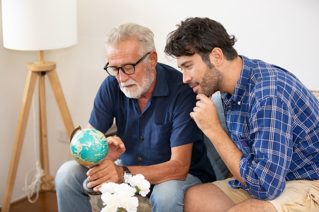 Dorosły Syn Hipster I Starszy Ojciec Spędzają Razem Czas W Domu, Rozmawiając, Opiekując Się Ojcem Premium Zdjęcia