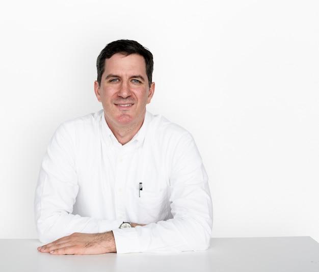 Dorosłych mężczyzn ręce na stole smile studio Premium Zdjęcia