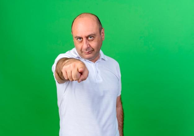 Dorywczo Dojrzały Mężczyzna Pokazuje Gest Odizolowany Na Zielono Darmowe Zdjęcia