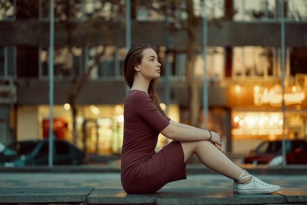 Dość Młoda Kobieta Z Bajkowymi Rysami Twarzy Ze światłami Miasta Darmowe Zdjęcia