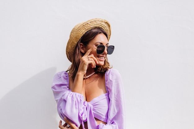 Dość Młoda Stylowa Kobieta W Modny Fioletowy Krótki Top Z Długim Rękawem Darmowe Zdjęcia