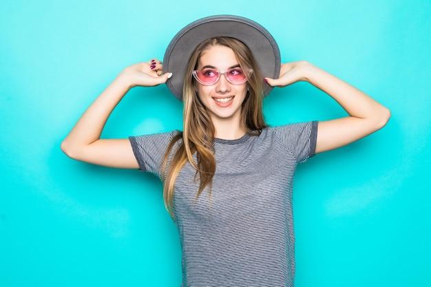 Dość Młody Model W T-shirt Moda, Kapelusz I Okulary Przezroczyste Na Białym Tle Na Zielonym Tle Darmowe Zdjęcia