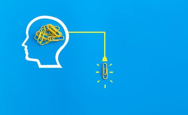 Doskonałego Pomysłu Pojęcie Z Ludzkim Mózg, Spinacz Do Papieru, Główkowanie, Twórczość, żarówka Na Błękitnym Tle, Nowy Pomysłu Pojęcie Premium Zdjęcia