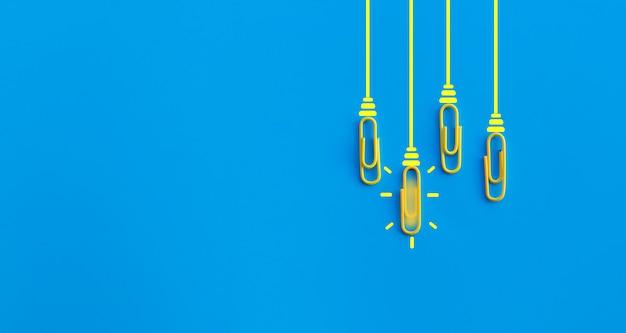 Doskonałego Pomysłu Pojęcie Z Spinaczem, Główkowaniem, Twórczością, żarówką Na Błękitnym Tle, Nowy Pomysłu Pojęcie. Premium Zdjęcia