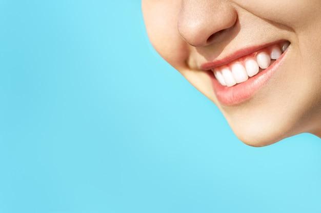 Doskonały Uśmiech Zdrowych Zębów Młodej Kobiety. Wybielanie Zębów. Pacjent Kliniki Stomatologicznej. Koncepcja Stomatologii. Premium Zdjęcia