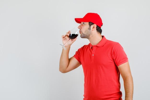 Dostawa Mężczyzna Pije Alkohol W Czerwonej Koszulce Darmowe Zdjęcia