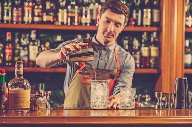 Doświadczony Barman Robi Koktajl W Nocnym Klubie. Darmowe Zdjęcia