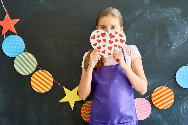 Dosyć Nastoletnia Dziewczyna Trzyma Papierowego Serce Premium Zdjęcia