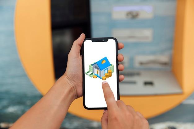 Dotykając Palcem Ekranu Telefonu Z Makietą Premium Zdjęcia