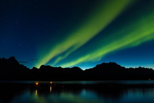 Dramatyczna Zorza Polarna, światła Polarne, Nad Górami Na Północy Europy - Lofoty, Norwegia Premium Zdjęcia