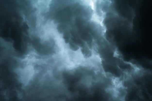 Dramatyczne czarne chmury i ruch Premium Zdjęcia