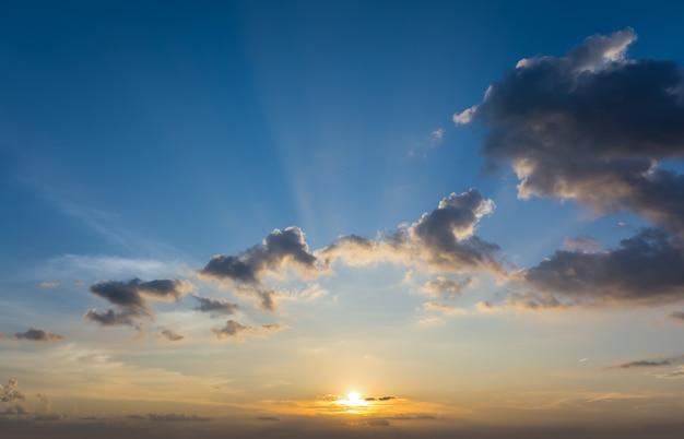 Dramatyczny Zmierzchu I Wschodu Słońca Nieba Natury Tło. Premium Zdjęcia
