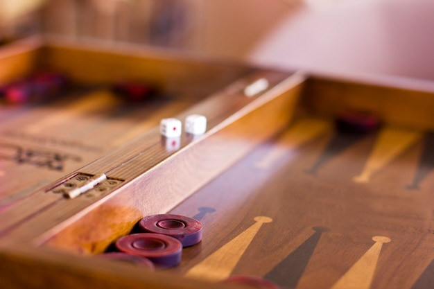 Drewniana Brown Backgammon Gra Z Kostka Do Gry Premium Zdjęcia
