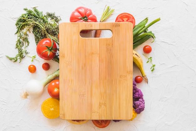 Drewniana Ciapanie Deska Nad Warzywami Na Tekstury Tle Darmowe Zdjęcia